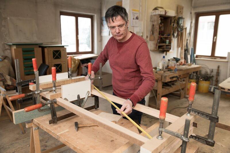 Reinhard Slavec beim Vermessen