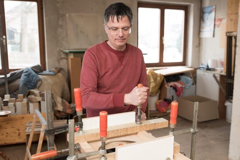 daTischla Reinhard Slavec in seiner Werkstatt